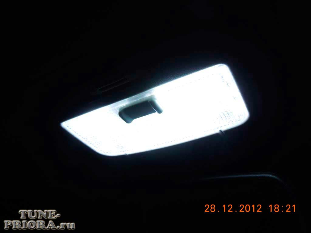 """Решил модернизировать штатный плафон освещения приоры (не  """"Люкс """"), заменив лампу накаливания на светодиоды."""